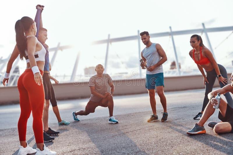 Grupo de personas en ropa de los deportes fotos de archivo