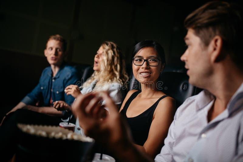 Grupo de personas en teatro múltiplex fotografía de archivo