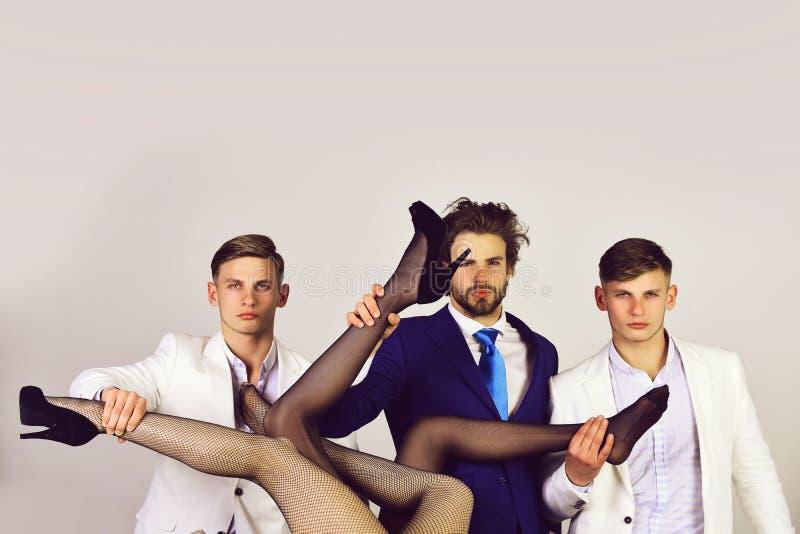 Grupo de personas, hombres en chaqueta y piernas atractivas femeninas foto de archivo libre de regalías