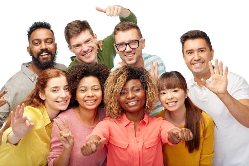 Grupo de personas internacional que muestra los pulgares para arriba fotos de archivo