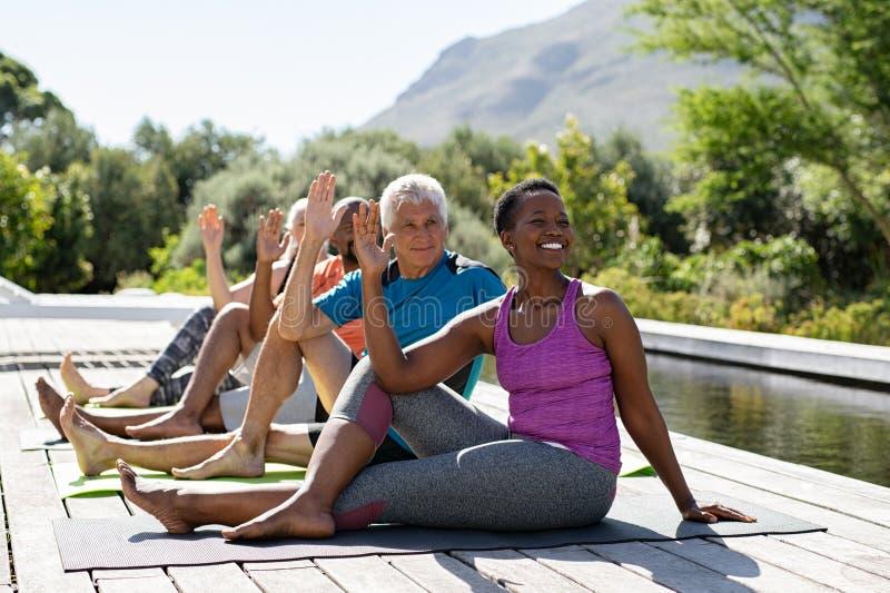 Grupo de personas maduro que hace ejercicio de la yoga foto de archivo libre de regalías