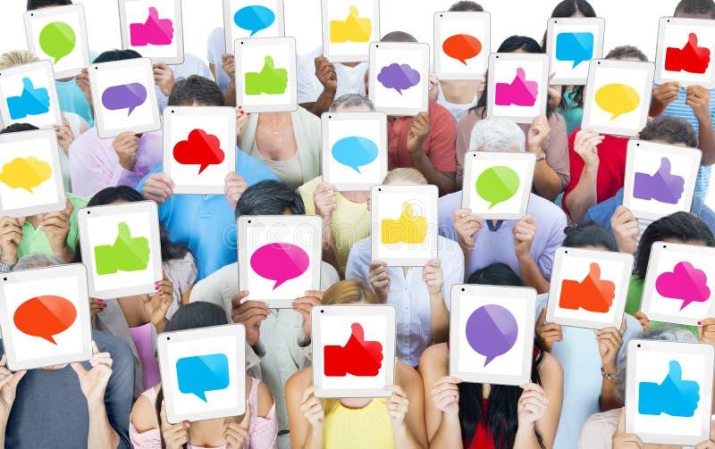 Grupo de personas multiétnico con medios concepto social imágenes de archivo libres de regalías