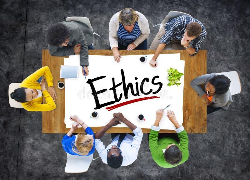 Grupo de personas multiétnico que discute sobre los éticas imagen de archivo