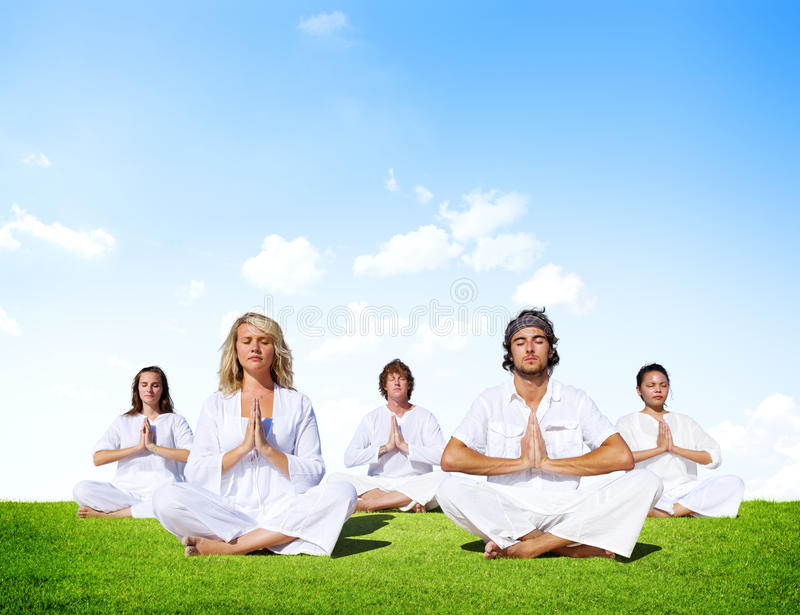 Grupo de personas multiétnico que medita al aire libre fotos de archivo libres de regalías