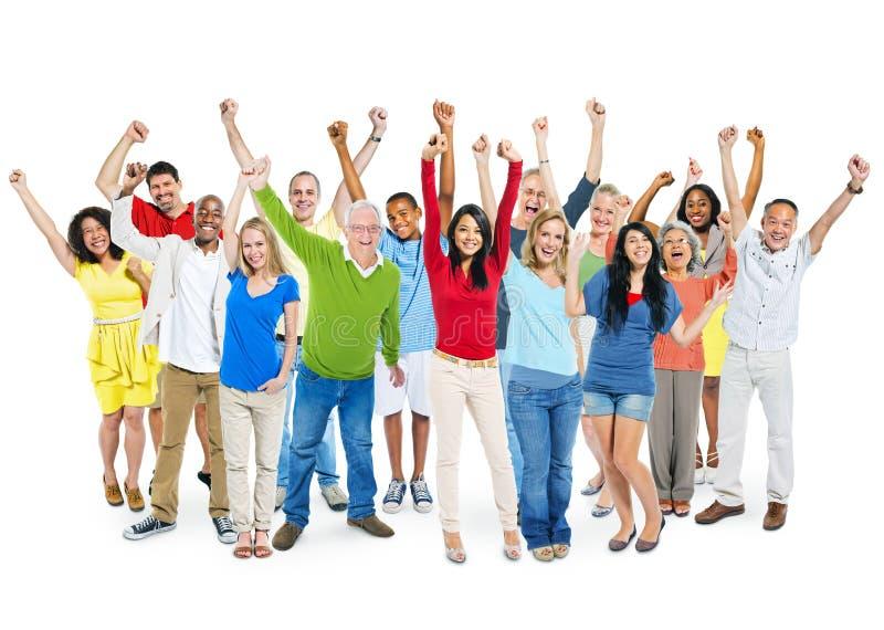 Grupo de personas Multi-étnico alegre con sus brazos aumentados fotografía de archivo