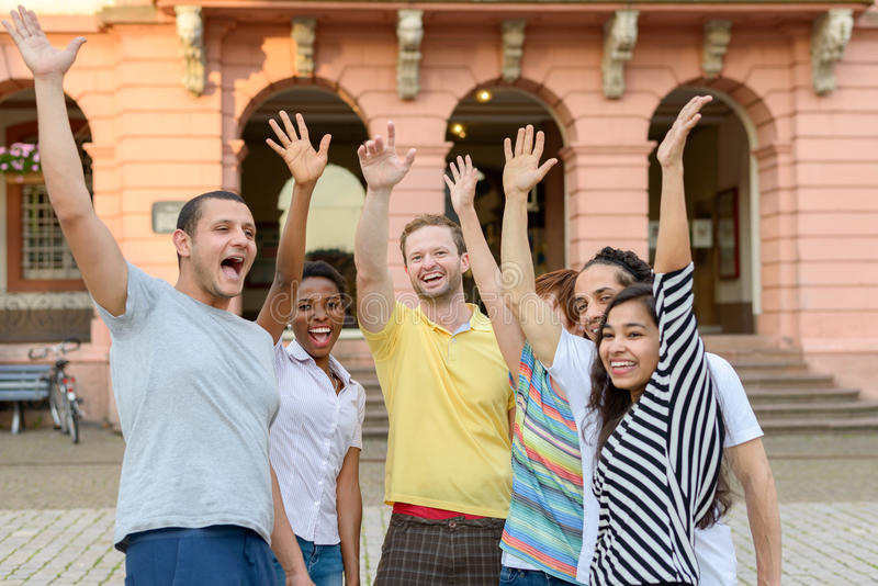 Grupo de personas multicultural que agita sus manos foto de archivo libre de regalías