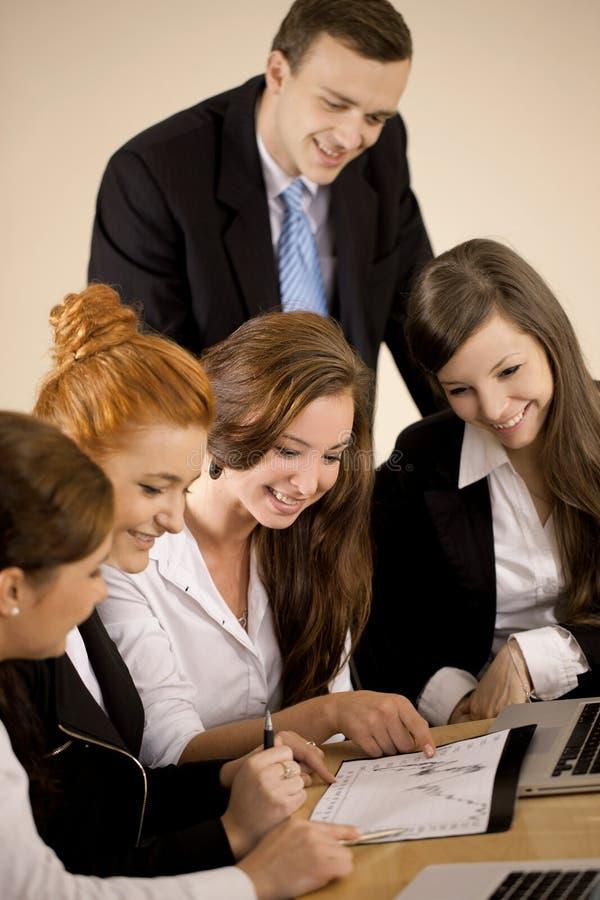 Grupo de personas que analiza el diagrama fotografía de archivo