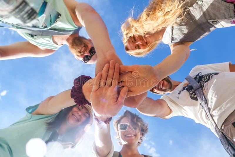 Grupo de personas que apoya cada otros Concepto sobre trabajo del equipo fotos de archivo