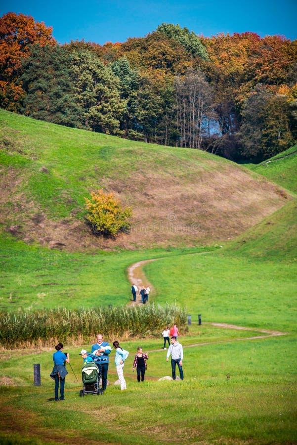 Grupo de personas que camina cerca de las colinas de Kernave foto de archivo libre de regalías