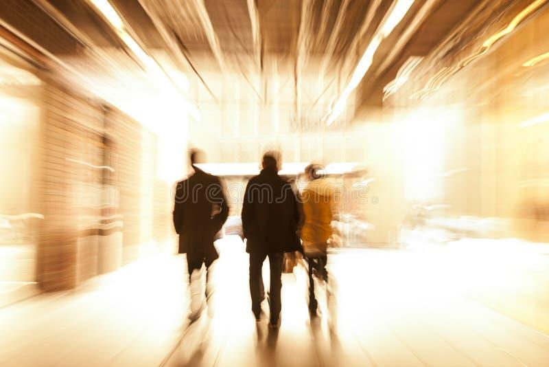 Grupo de personas que camina en el centro comercial, falta de definición de movimiento imagen de archivo