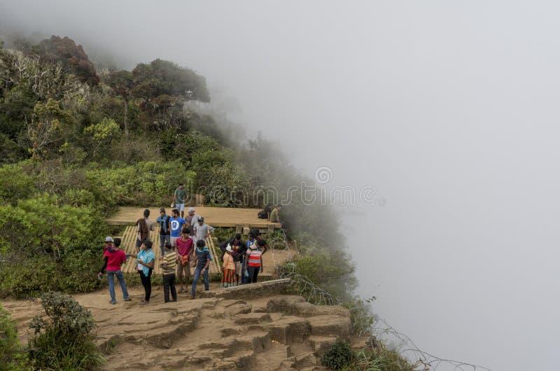 Grupo de personas que camina en el extremo del mundo en el parque nacional de los aviones del Horton foto de archivo