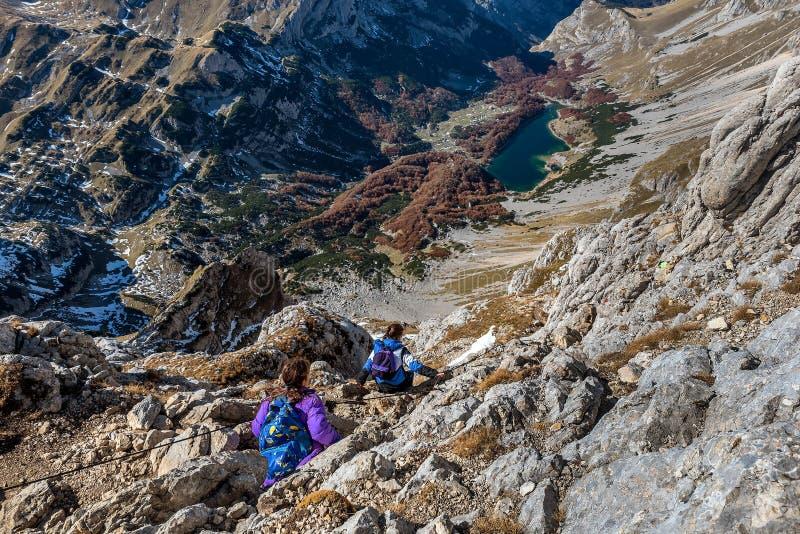 Grupo de personas que camina en las montañas en el parque nacional Durmito foto de archivo