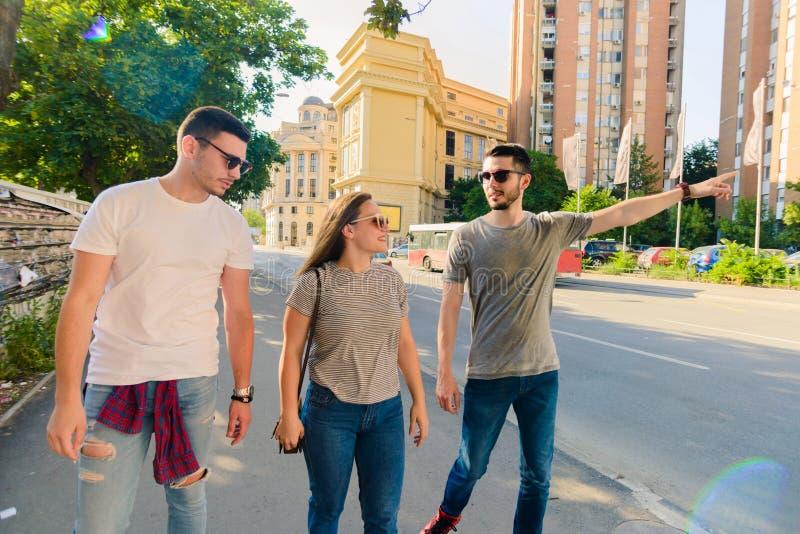 grupo de personas que camina junto outdoor fotos de archivo