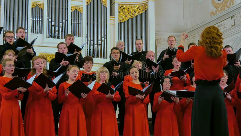 Grupo de personas que canta en coro fotografía de archivo libre de regalías
