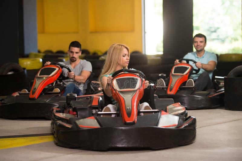 Grupo de personas que conduce la raza de Karting del kart fotografía de archivo