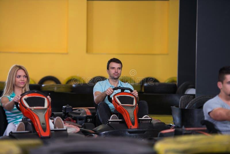 Grupo de personas que conduce la raza de Karting del kart imagen de archivo libre de regalías