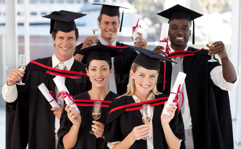 Grupo de personas que gradúa de universidad fotos de archivo libres de regalías