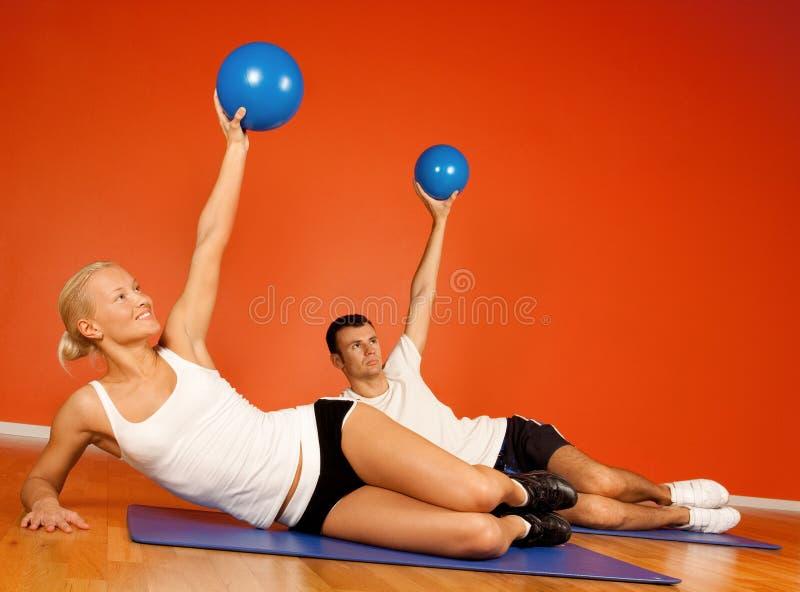 Grupo de personas que hace estirando ejercicio