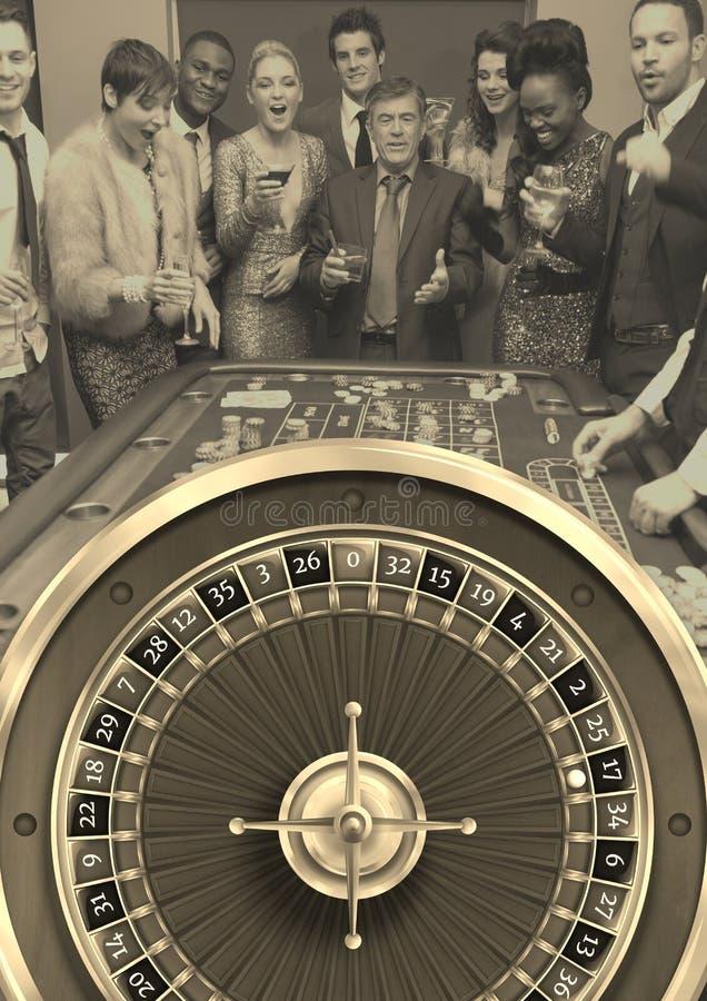 Grupo de personas que juega al juego de la ruleta del casino foto de archivo