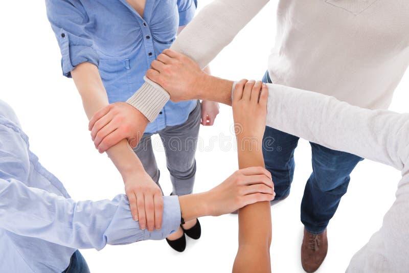 Grupo de personas que lleva a cabo la mano imagenes de archivo