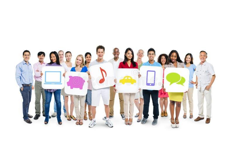 Grupo de personas que lleva a cabo medios carteles sociales imagen de archivo