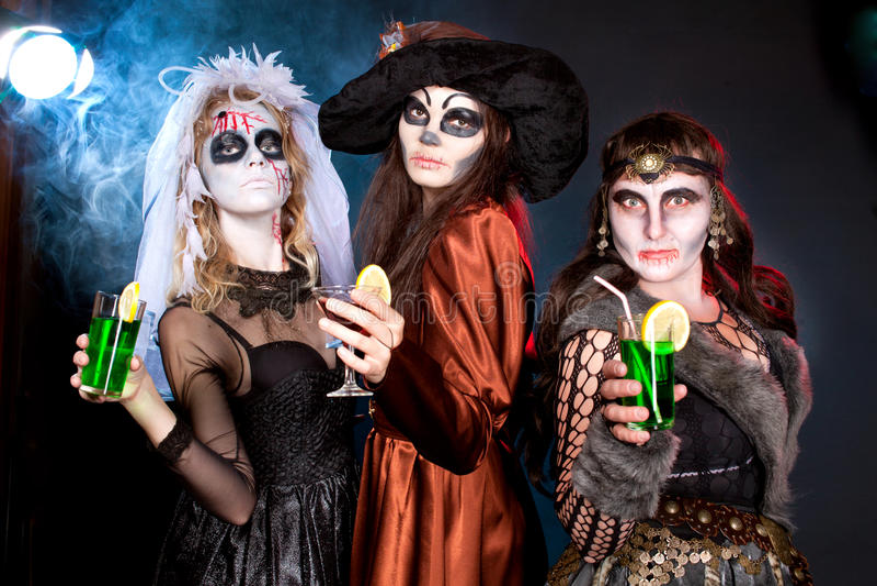 Grupo de personas que lleva para Halloween imagen de archivo libre de regalías