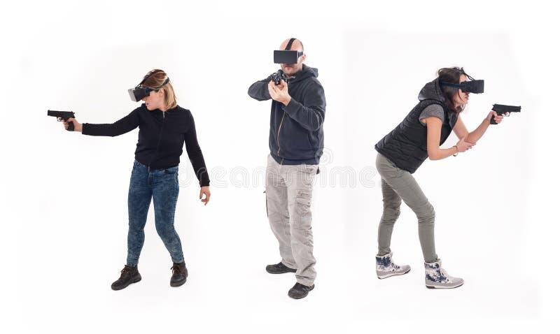 Grupo de personas que se divierte con los vidrios de la realidad virtual fotografía de archivo