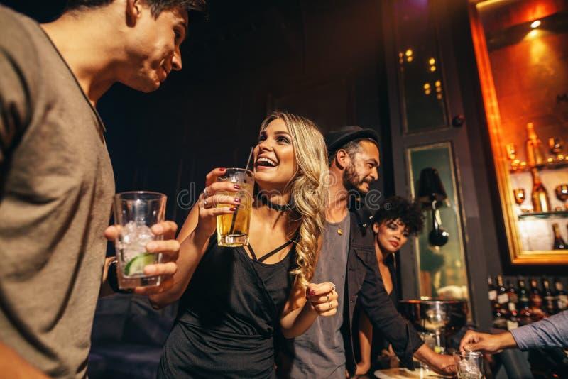 Grupo de personas que se divierte en el club nocturno foto de archivo