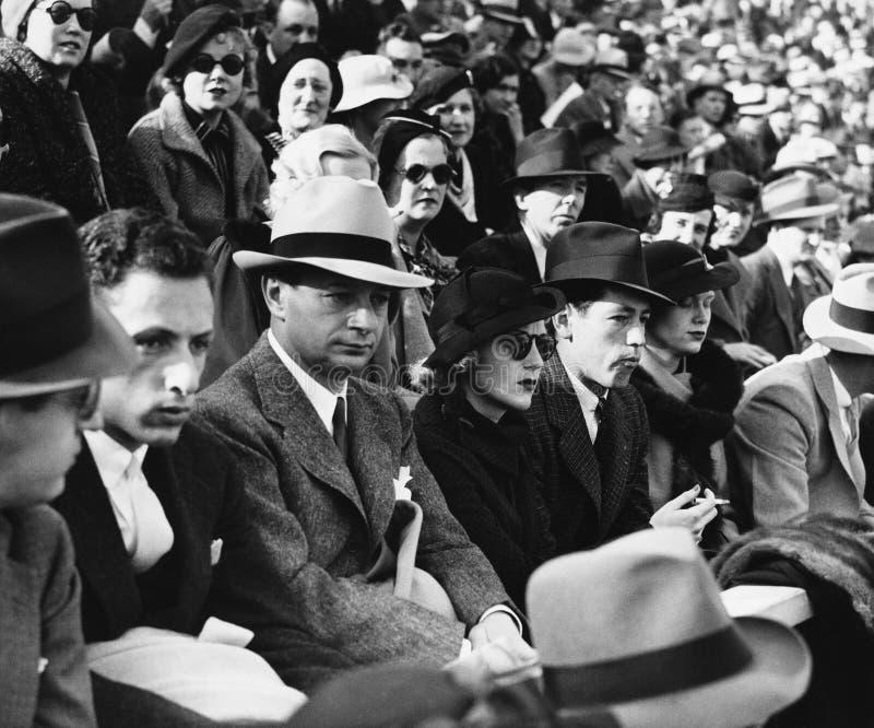 Grupo de personas que se sienta junto (todas las personas representadas no son vivas más largo y ningún estado existe Garantías d fotografía de archivo