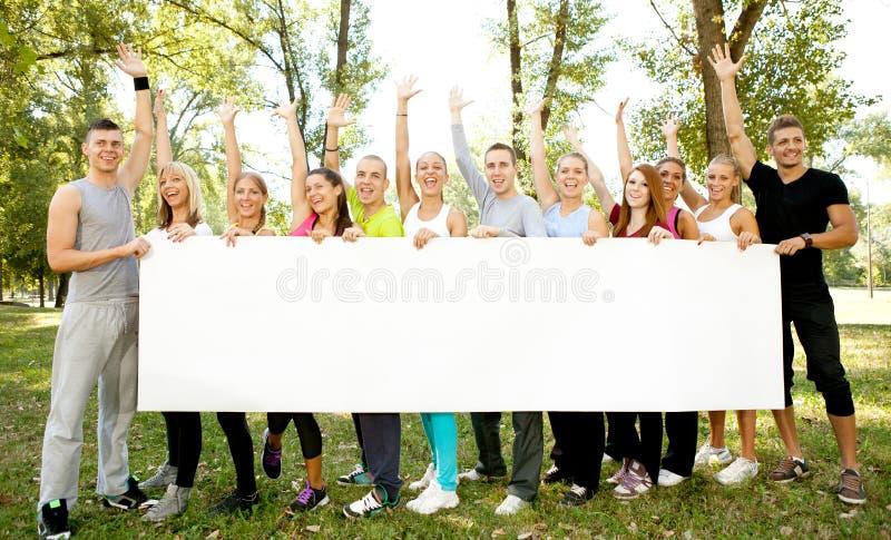Grupo de personas que sostiene el Libro Blanco grande fotos de archivo