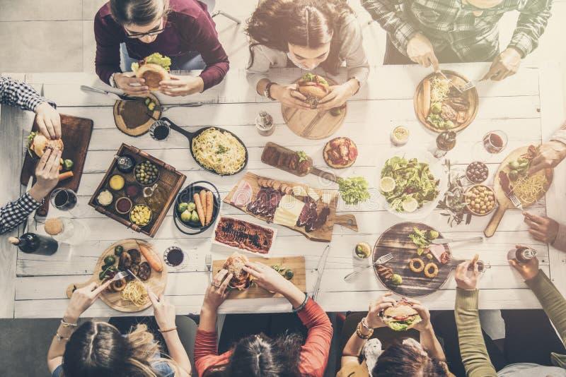 Grupo de personas que tiene comida junto imagen de archivo libre de regalías