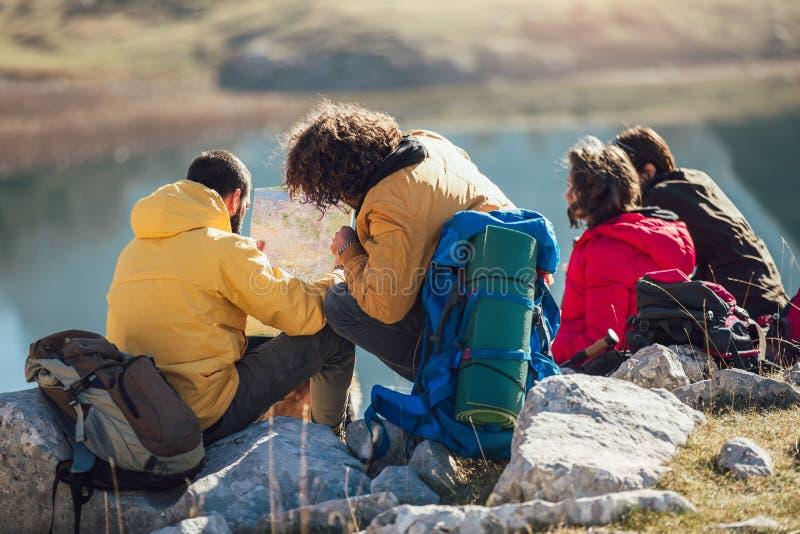 Grupo de personas que toma una rotura, relajándose durante un alza imagenes de archivo