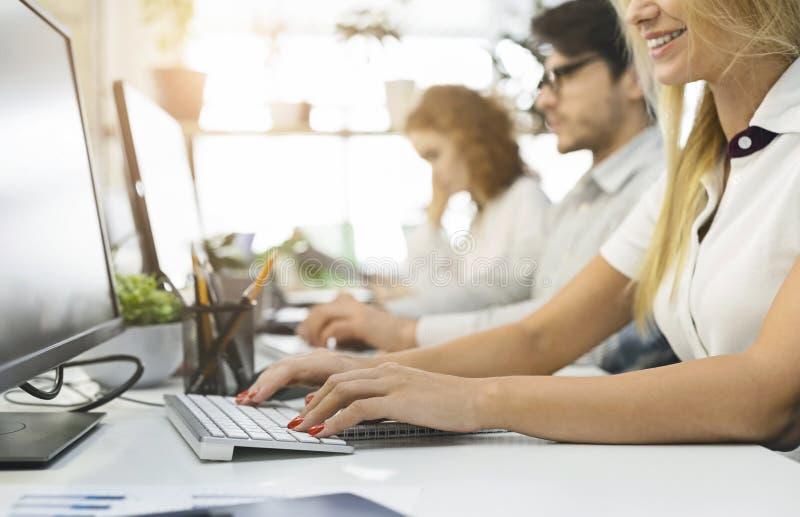 Grupo de personas que trabajan en computadoras cierran foto de archivo libre de regalías