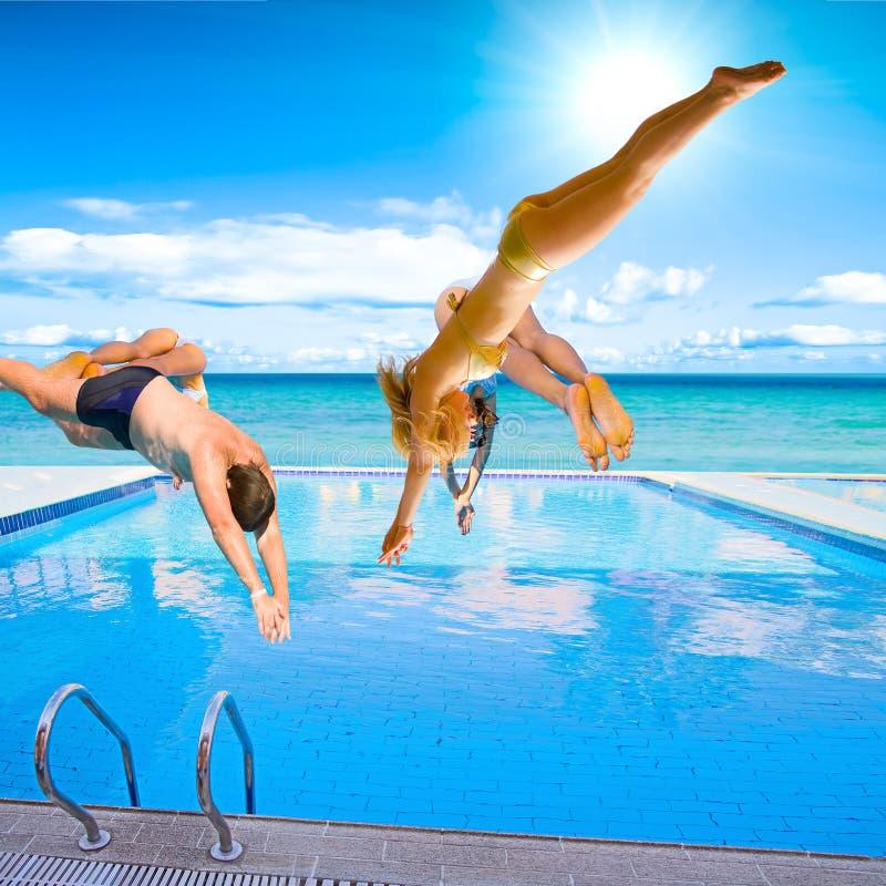 Grupo de personas - sobre piscina imágenes de archivo libres de regalías