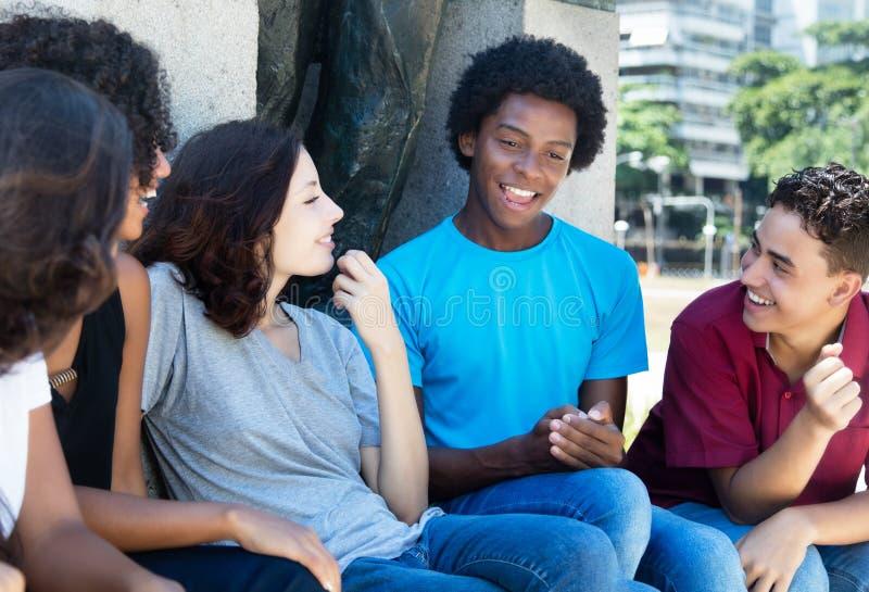 Grupo de pessoa de fala do afro-americano e o latin e o caucasiano fotos de stock royalty free