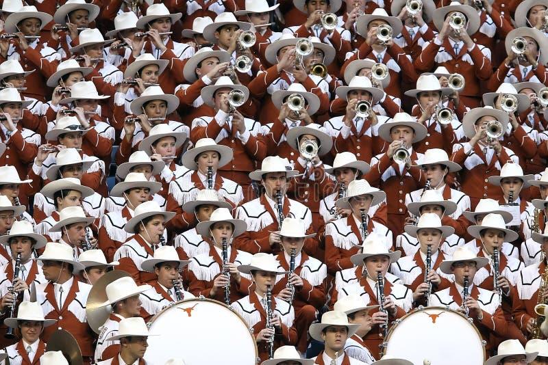 Grupo de Pessoas de Chapéu Branco Reproduzindo Diferentes Tipos de Instrumentos Musicais foto de stock royalty free