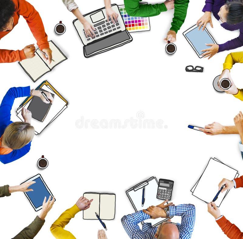 Grupo de pessoas com ilustração da foto dos dispositivos de Digitas ilustração royalty free