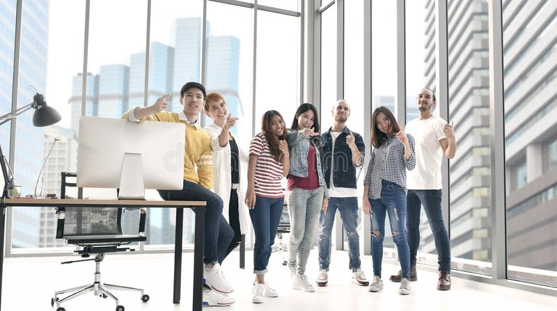 Grupo de pessoas do negócio que estão junto imagem de stock