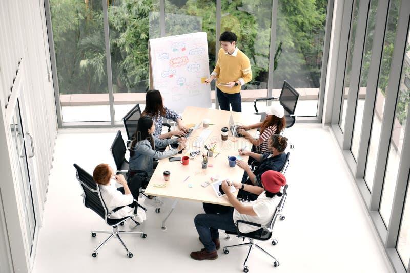 Grupo de pessoas do negócio que sentam-se em torno de uma mesa fotografia de stock royalty free
