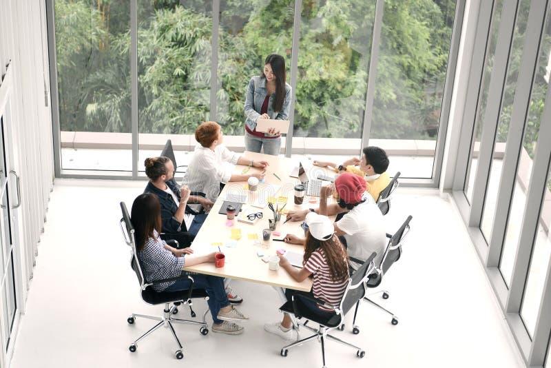 Grupo de pessoas do negócio que sentam-se em torno de uma mesa foto de stock