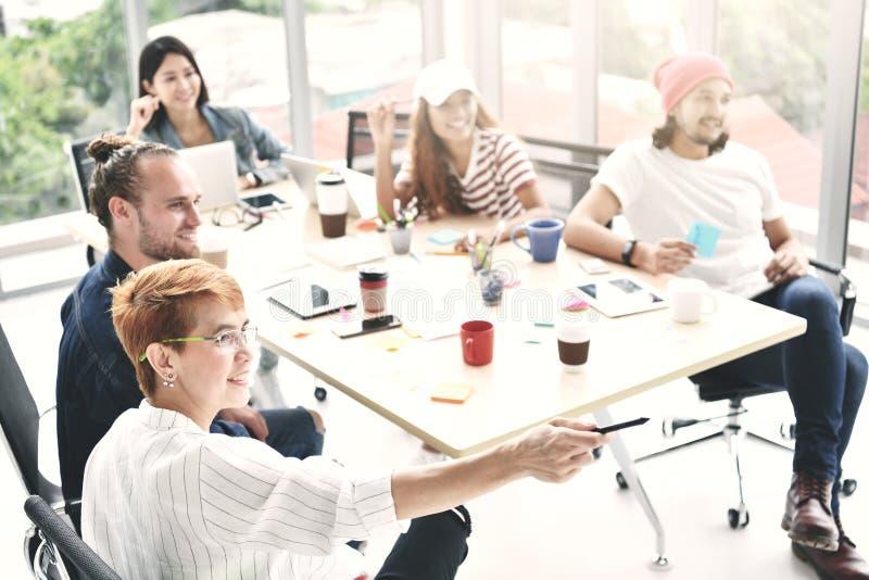 Grupo de pessoas do negócio que sentam-se em torno de uma mesa fotos de stock royalty free