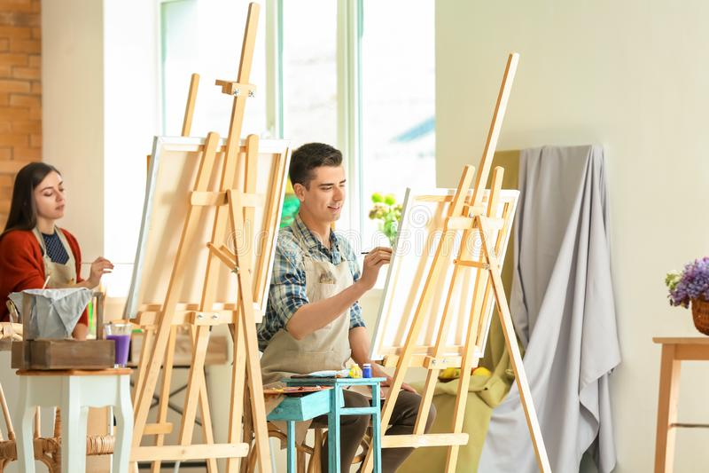 Grupo de pessoas durante classes na escola dos pintores fotografia de stock