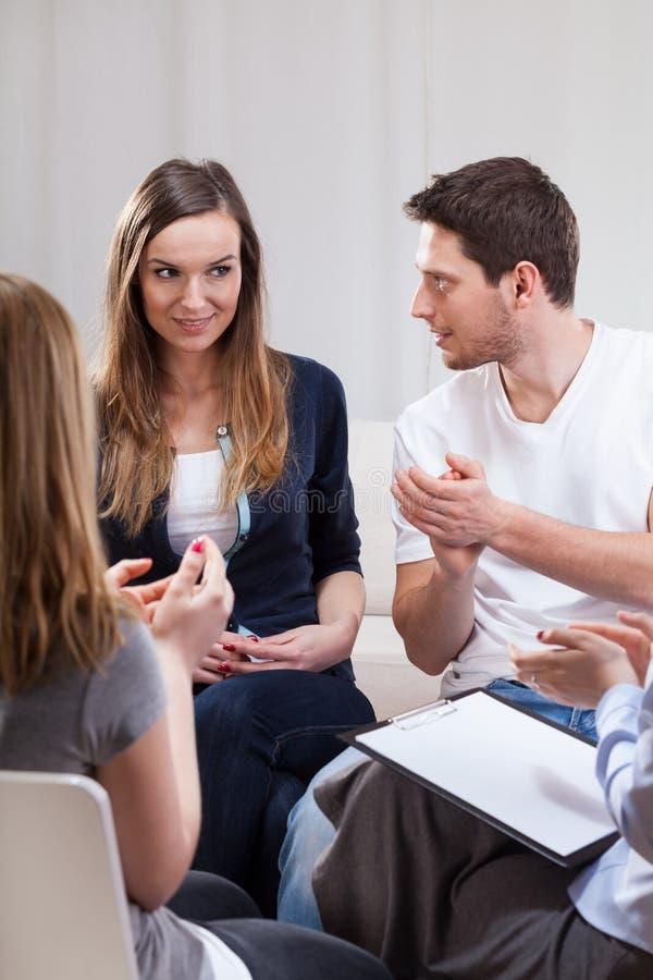 Grupo de pessoas durante a psicoterapia fotografia de stock