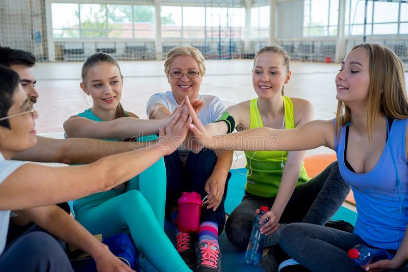 Grupo de pessoas em um gym imagem de stock royalty free