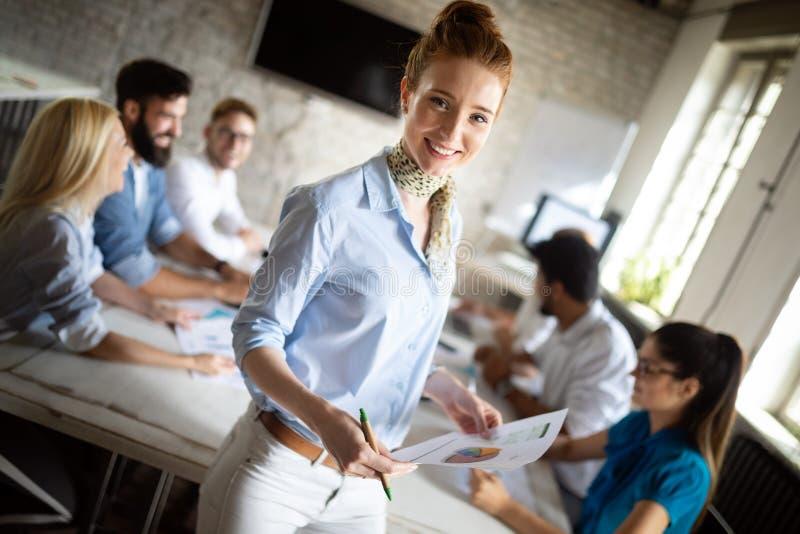 Grupo de pessoas feliz bem sucedido que aprende a tecnologia de programa??o e o neg?cio durante a apresenta??o foto de stock royalty free