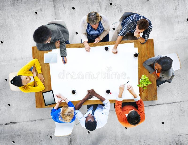 Grupo de pessoas multi-étnico na discussão fotos de stock