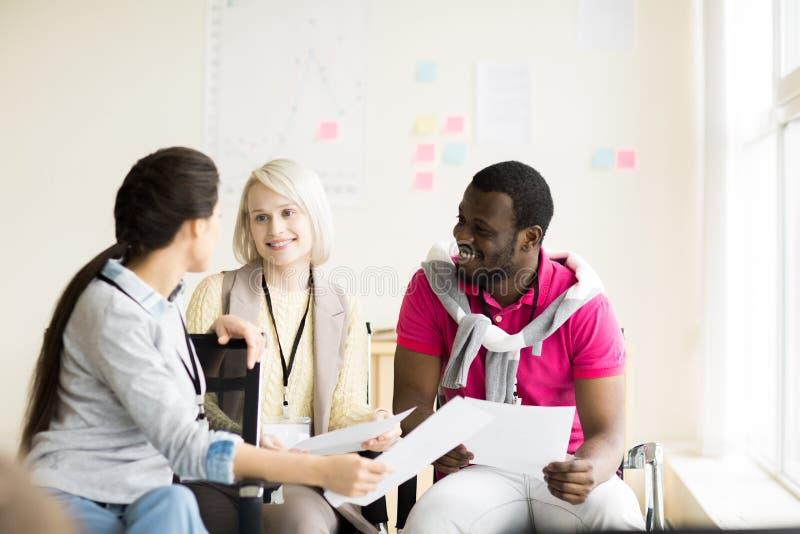 Grupo de pessoas multi-étnico que comunica-se no seminário fotos de stock