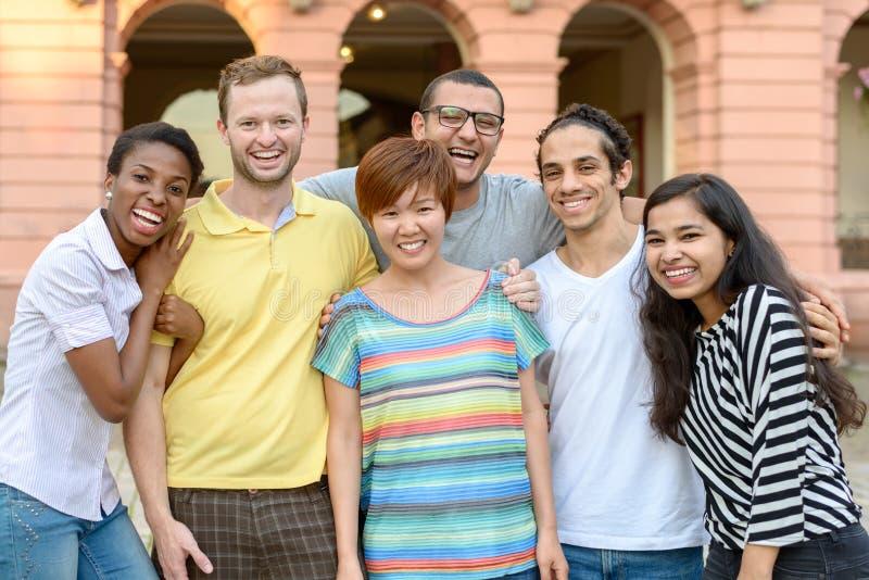Grupo de pessoas multicultural que levanta para o retrato fotos de stock royalty free