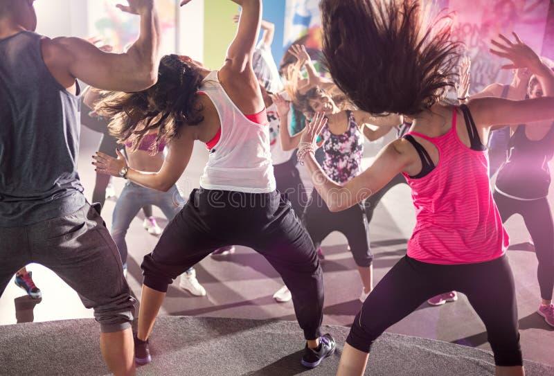 Grupo de pessoas na classe de dança urbana fotografia de stock royalty free
