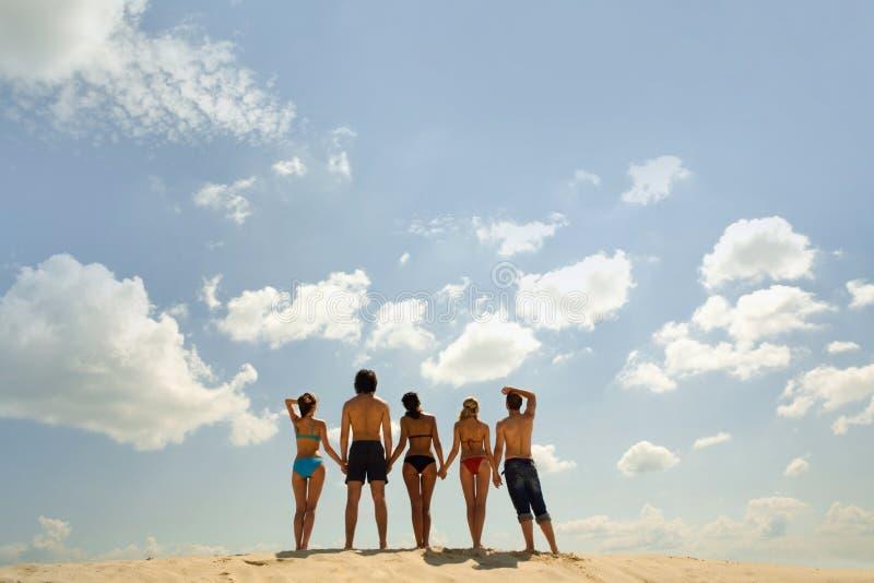 Grupo de pessoas na praia imagem de stock